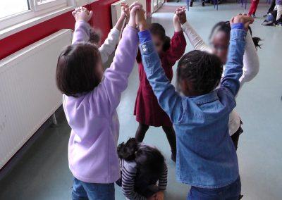 Des enfants de moins de 8 ans s'initient au théâtre.