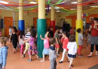 Des jeunes enfants réalisent des exercices de théâtre.