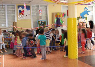Des jeunes enfants font un spectacle de théâtre devant leurs parents.