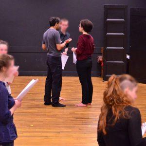 Répétition des jeunes comédiens avant de jouer.