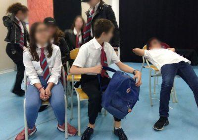 Des adolescents assistent à un cours de théâtre bilingue anglais-français.