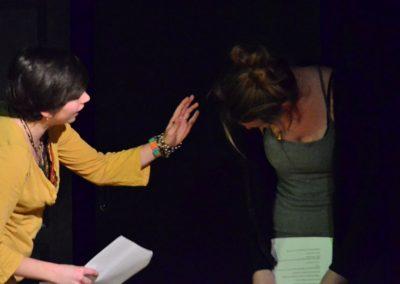 Deux adolescentes performent.
