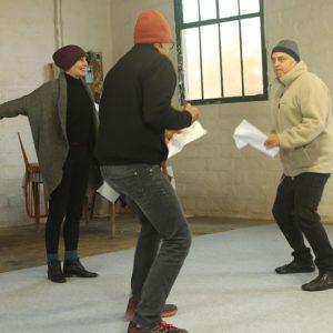 Des comédiens répètent une pièce de théâtre.