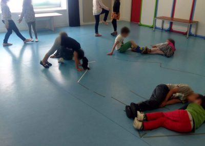 Des enfants de ùaternnelles font des exercices de théâtre.